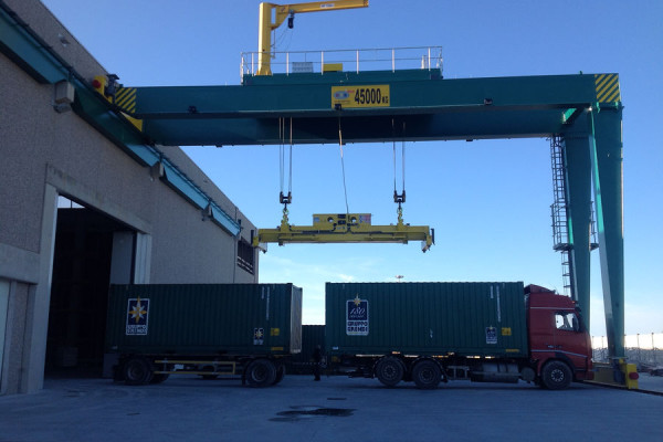 Gantry crane with spreader